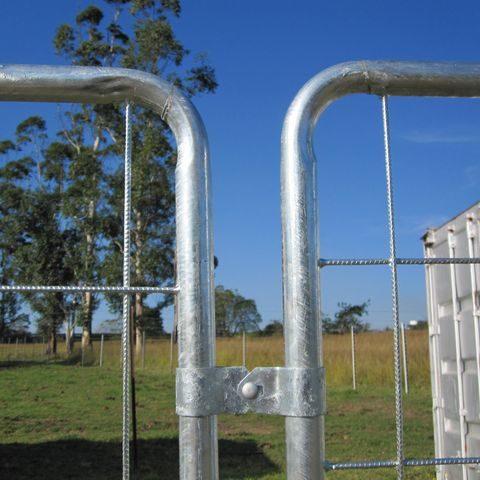 Speed fence bracket